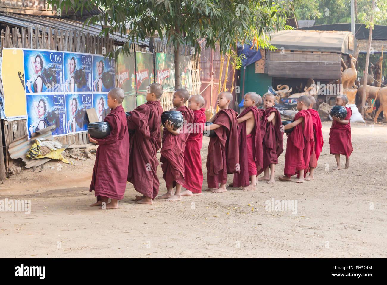 Giovani monaci sulla loro mattina alms tornate, Bagan, Myanmar Immagini Stock