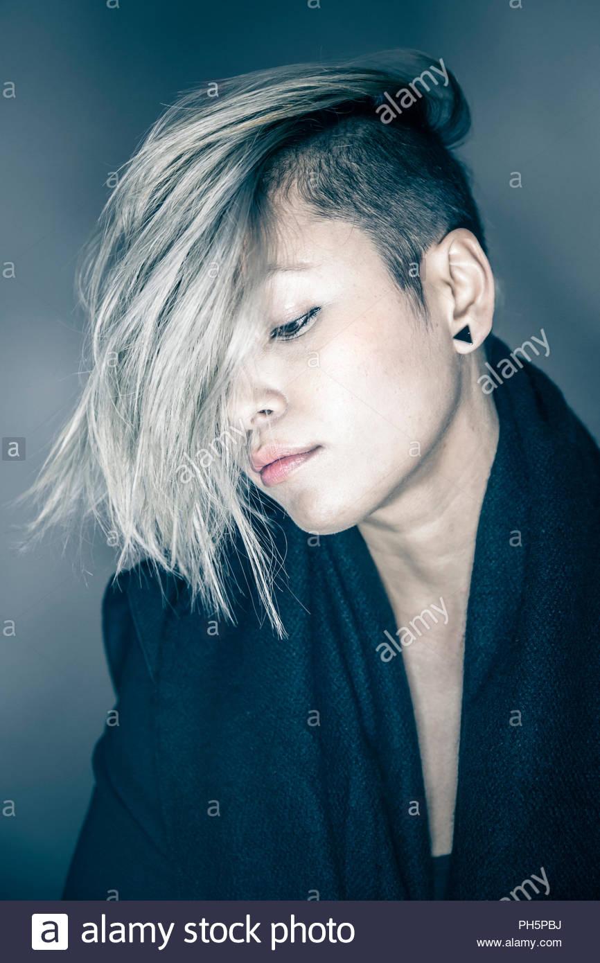 Giovane donna con i capelli che coprono il suo volto Immagini Stock
