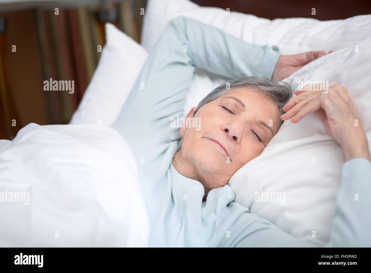 Donna anziana ottenere una buona notte di riposo. Immagini Stock