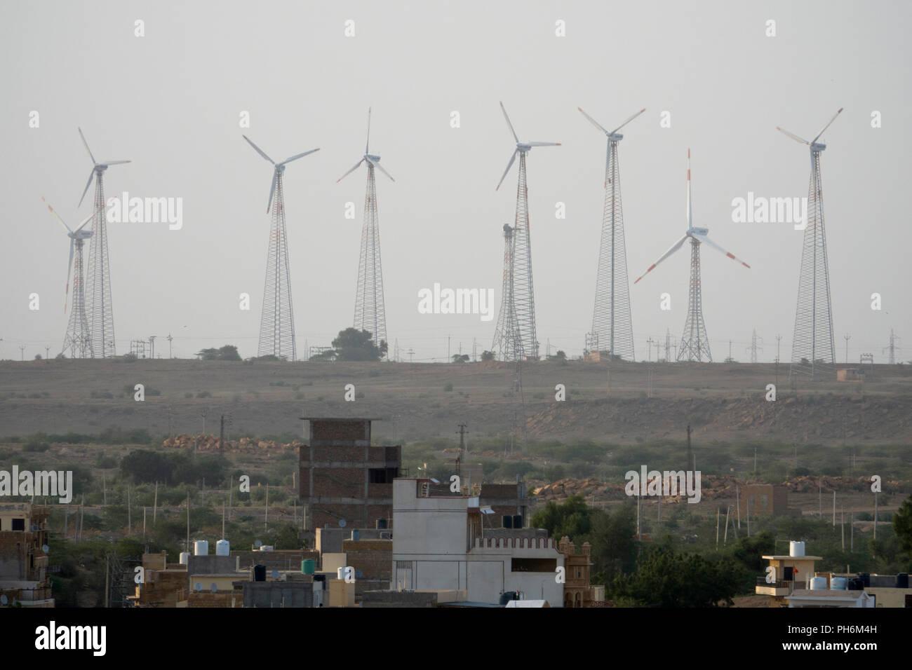 Le turbine eoliche di fattoria eolica nel deserto di Thar vicino a Jaisalmer, Rajasthan, India Immagini Stock