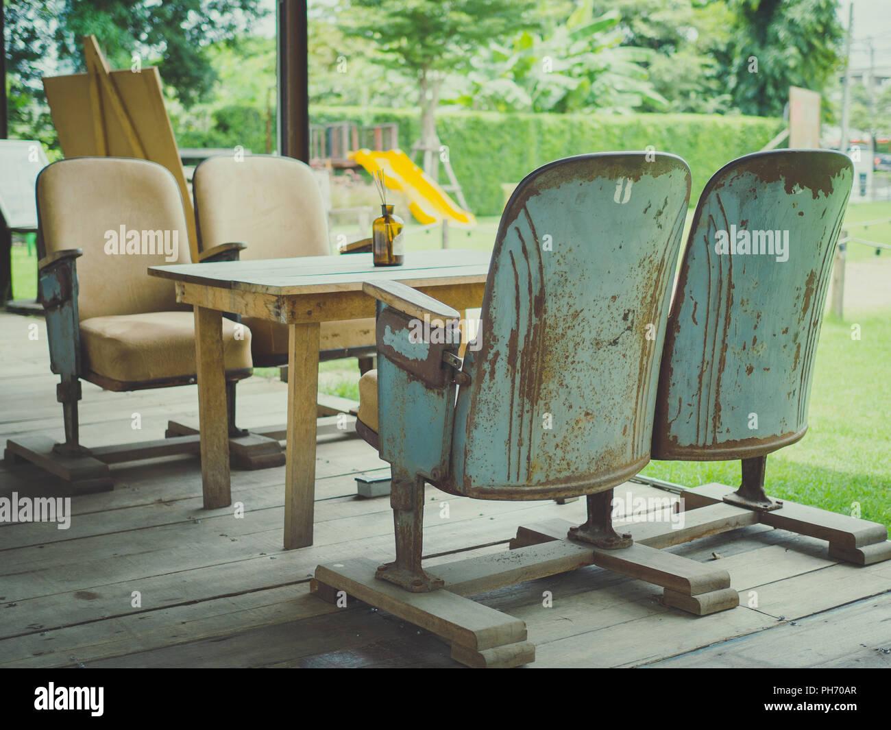 Arredamento Svedese Vintage : Vintage sedi del teatro con un tavolo di legno sul pavimento in