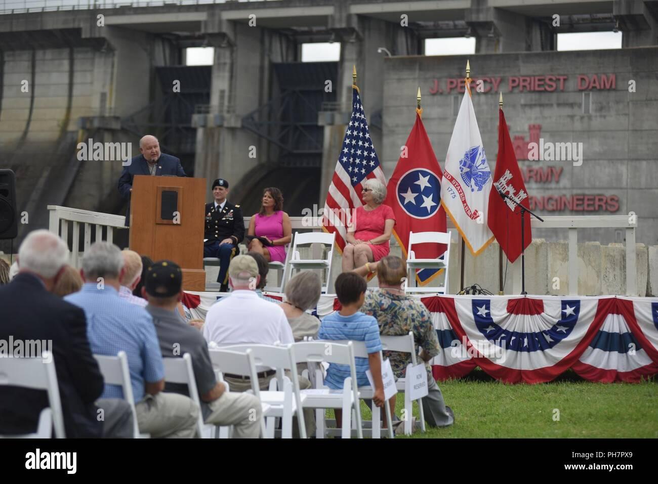 La Vergne Sindaco Dennis Waldron parla di impatto del progetto con la sua comunità durante il cinquantesimo anniversario di J. Percy Priest Dam e serbatoio presso la diga di Nashville, Tennessee, il 29 giugno 2018. Immagini Stock