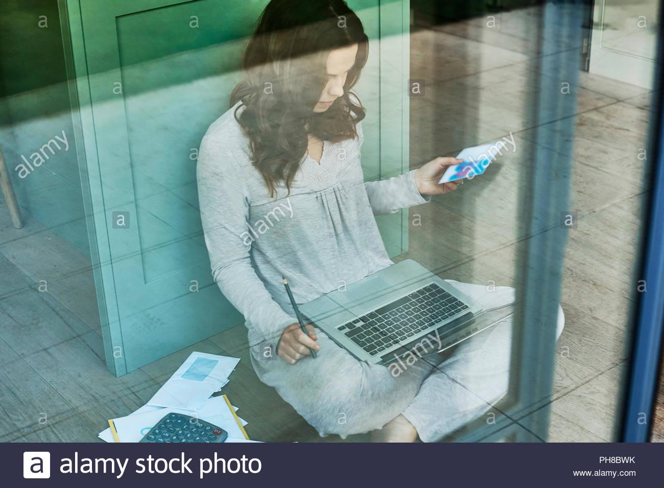 Metà donna adulta che lavora da casa. Immagini Stock