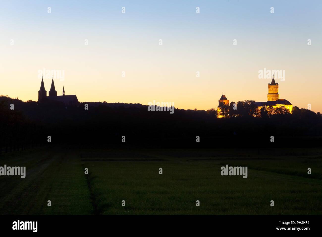 Stiftskirche con Schwanenburg illuminato, Kleve Immagini Stock