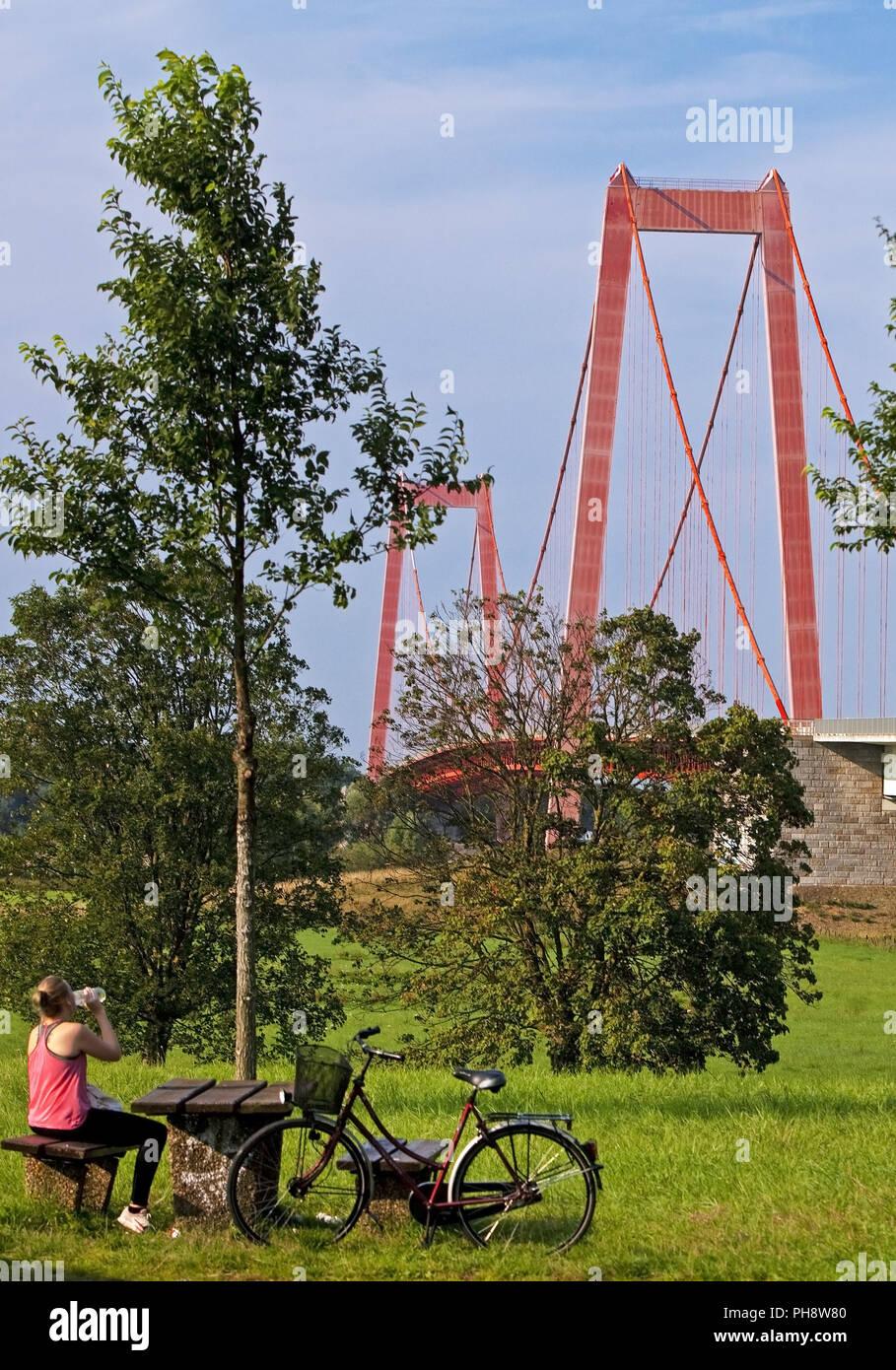 Ciclista avente una pausa, Rhein bridge, Emmerich Immagini Stock