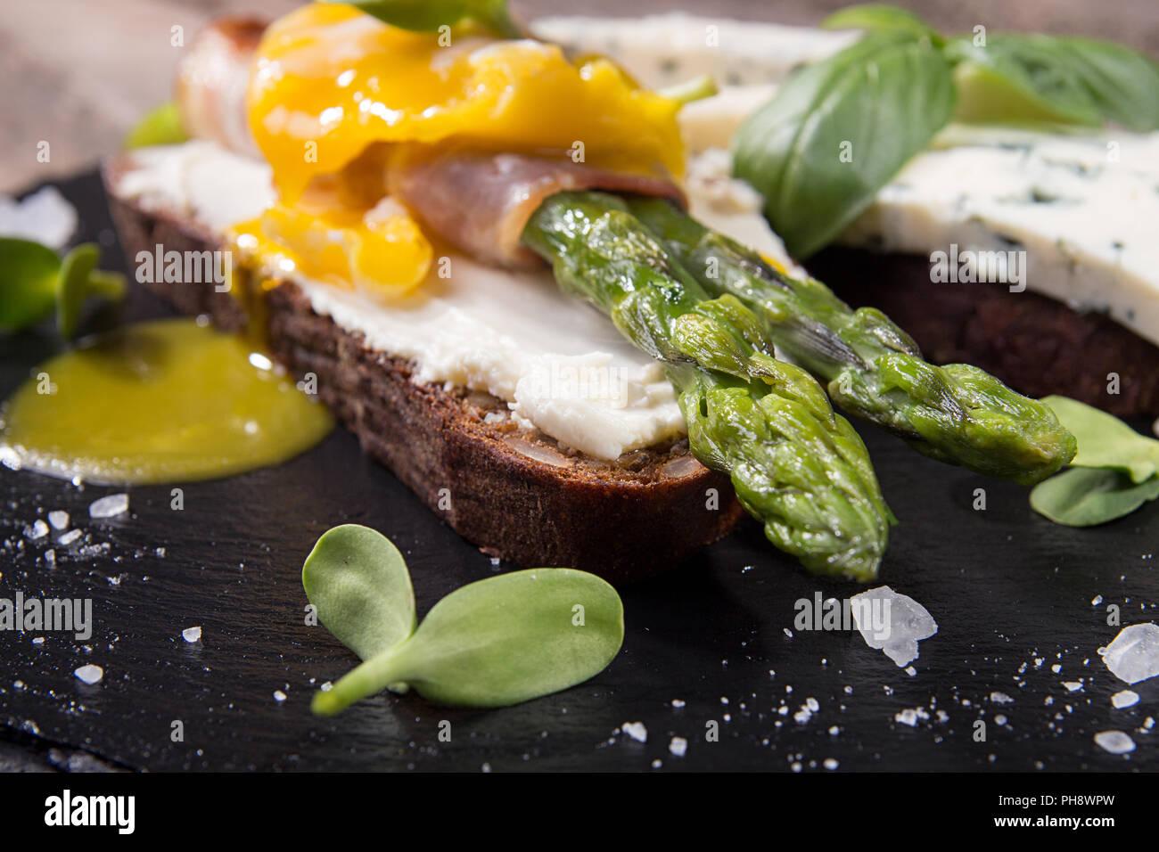 Toast con bastoni di asparagi verdi grigliati avvolto con