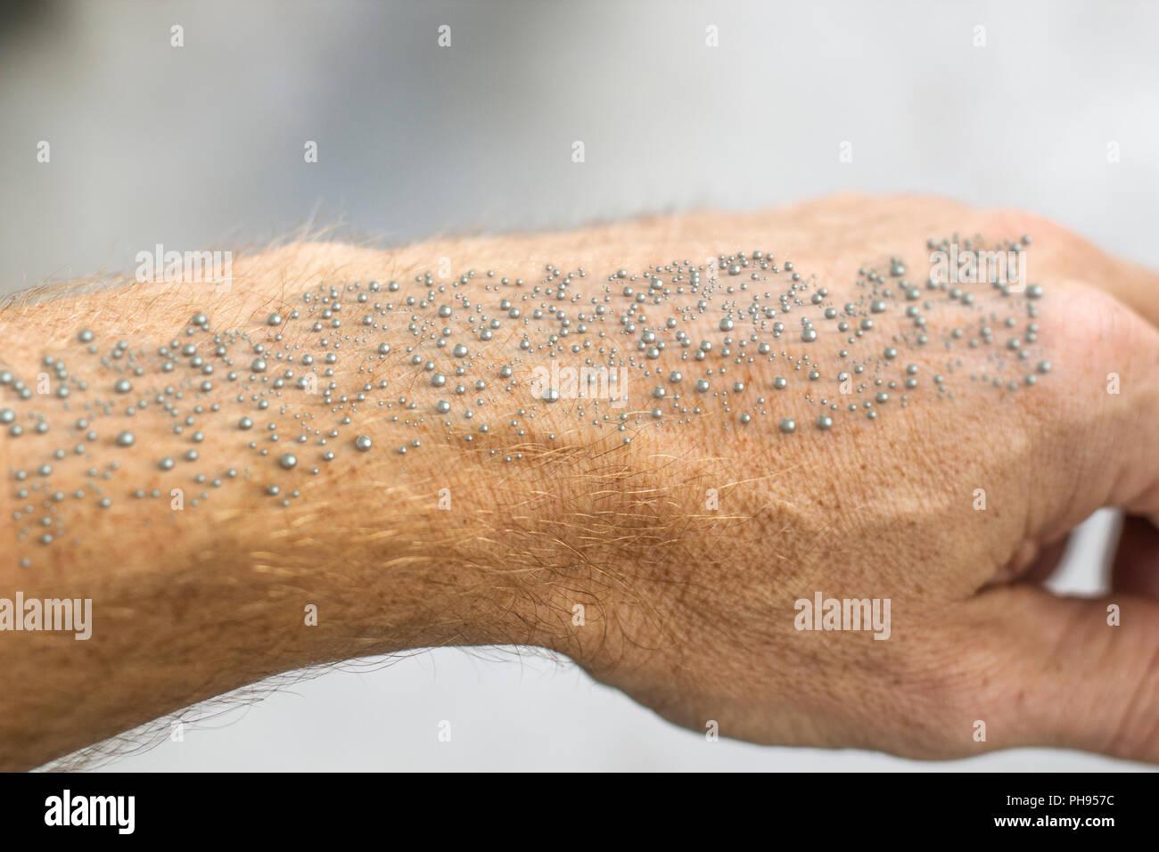 Nanoparticelle resi visibili sulla pelle umana - il rendering 3D Immagini Stock
