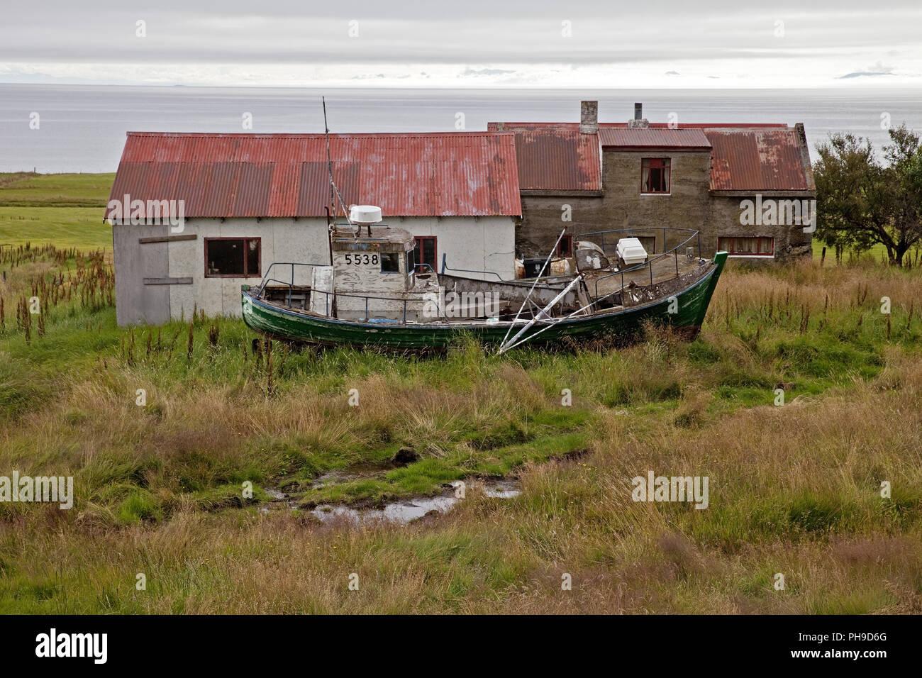 Azienda abbandonata con barca, Westfjorde, Islanda Immagini Stock