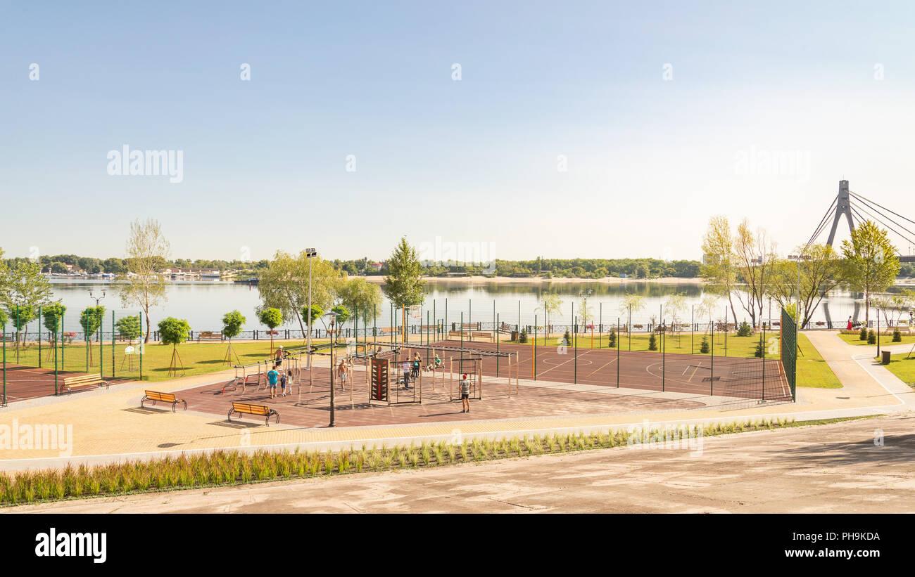 Kiev - Ucraina - Agosto 23, 2018 - Outdoor sports facility nel parco Natalka di Kiev in Ucraina, vicino al fiume Dnieper. Le persone sono la formazione unde Immagini Stock