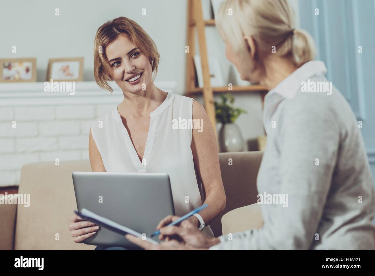 Bella giovane donna guardando il suo consulente finanziario Immagini Stock