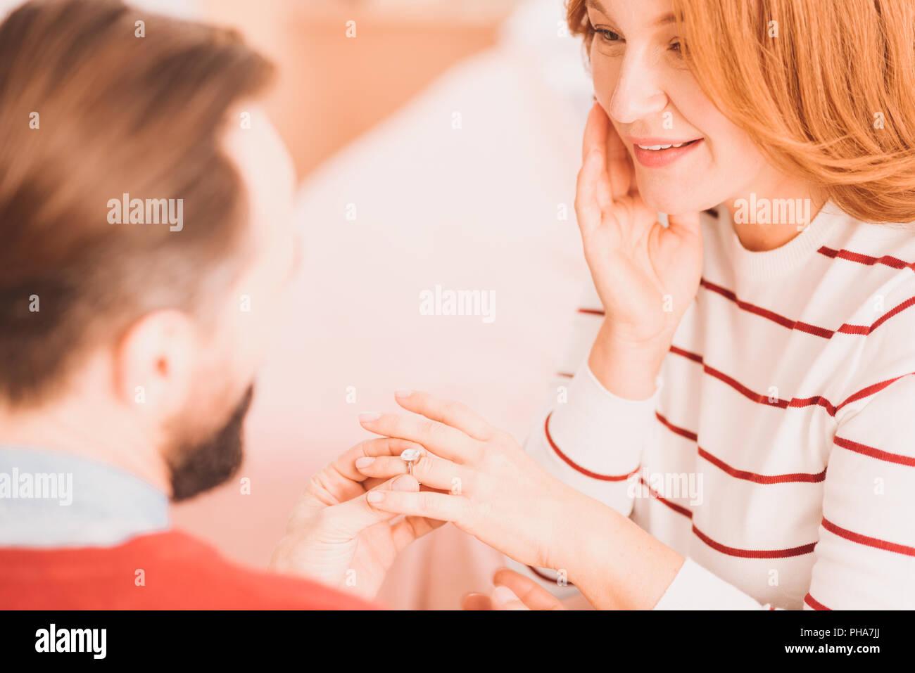 Bell anello di fidanzamento sul dito della bella donna Immagini Stock