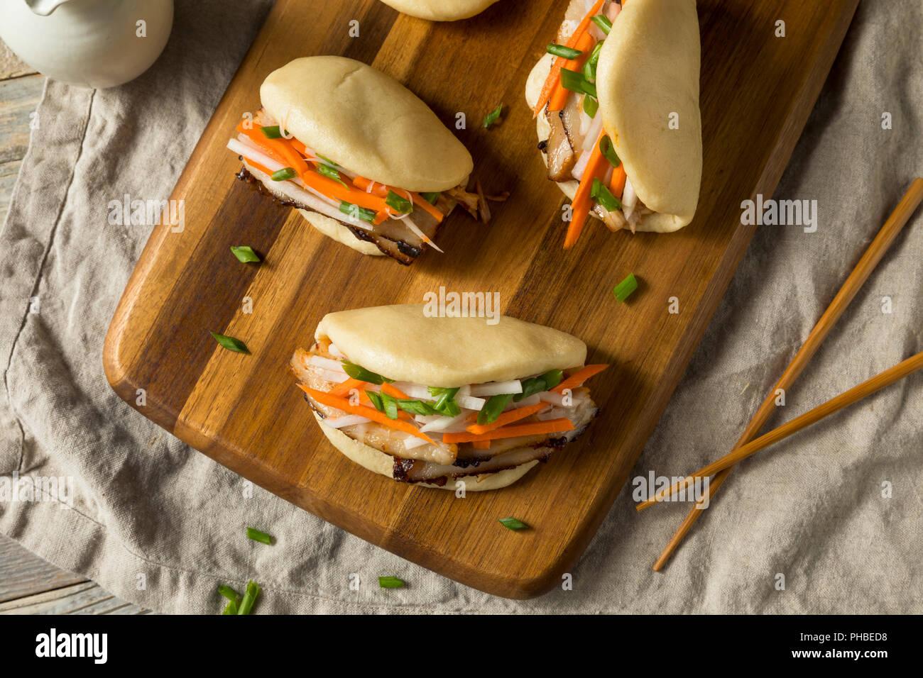 In casa al vapore pancetta di maiale Bao panini con verdure Immagini Stock