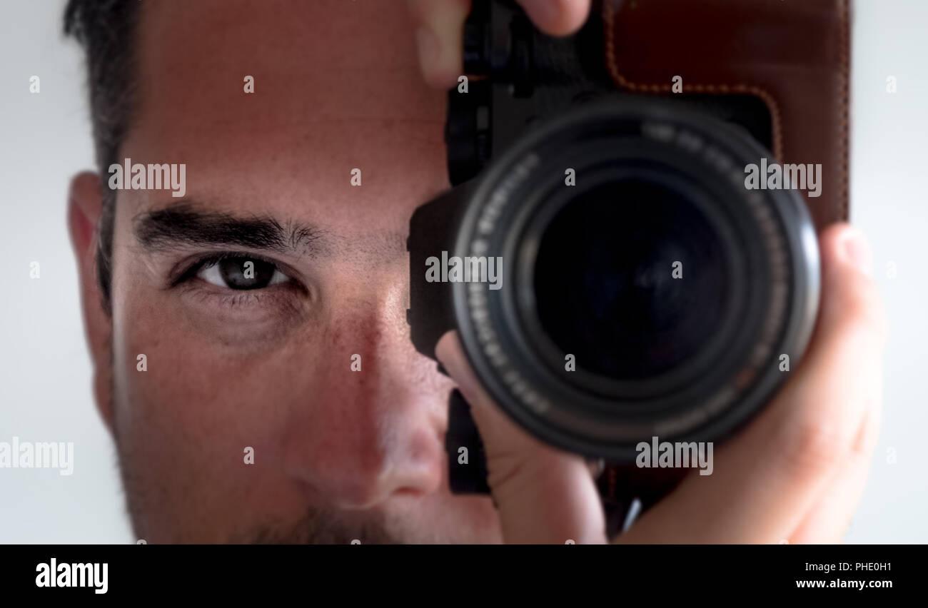Fotografo il contatto con gli occhi il mirino della fotocamera Immagini Stock