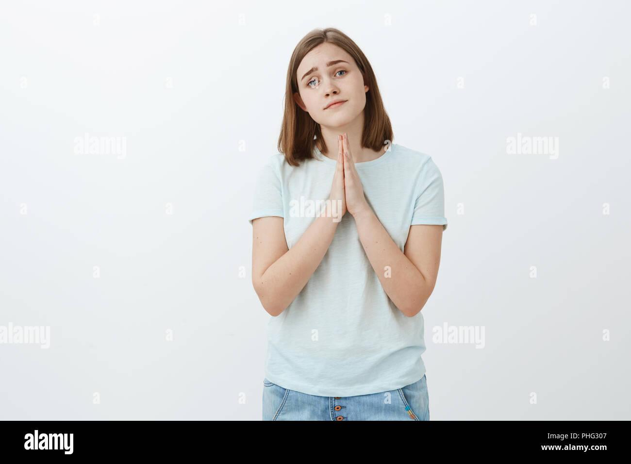 ed185640efcd La ragazza ha veramente bisogno di aiuto chiedendo con graziosi angel face.  Gara e attraente