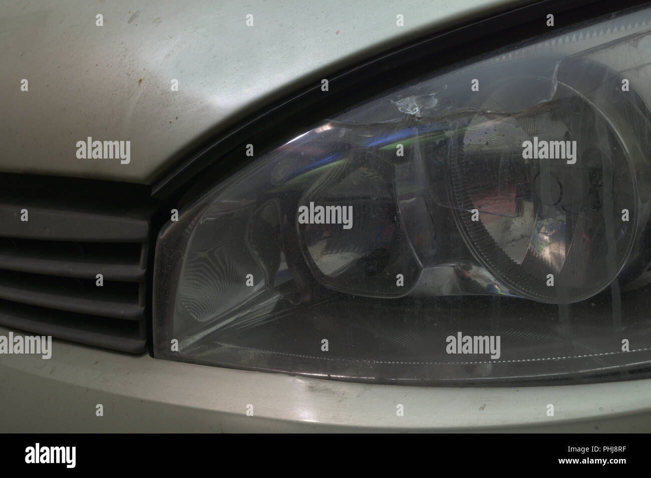 Lampadina Luci Di Posizione : Proiettore anteriore sinistro della vettura con la rottura in