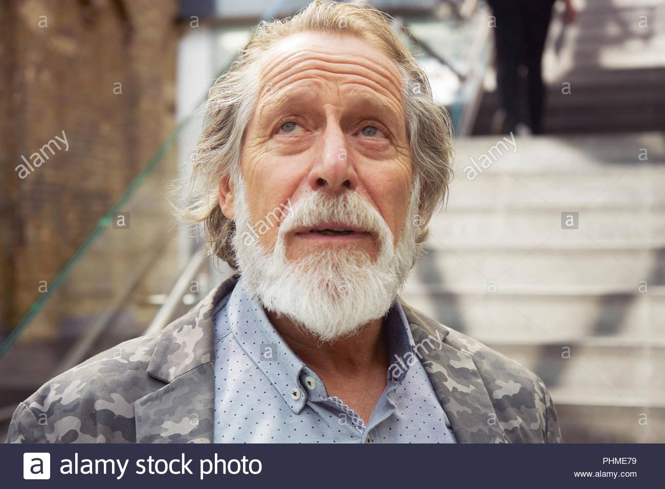 Ritratto di senior uomo che guarda verso l'alto Immagini Stock