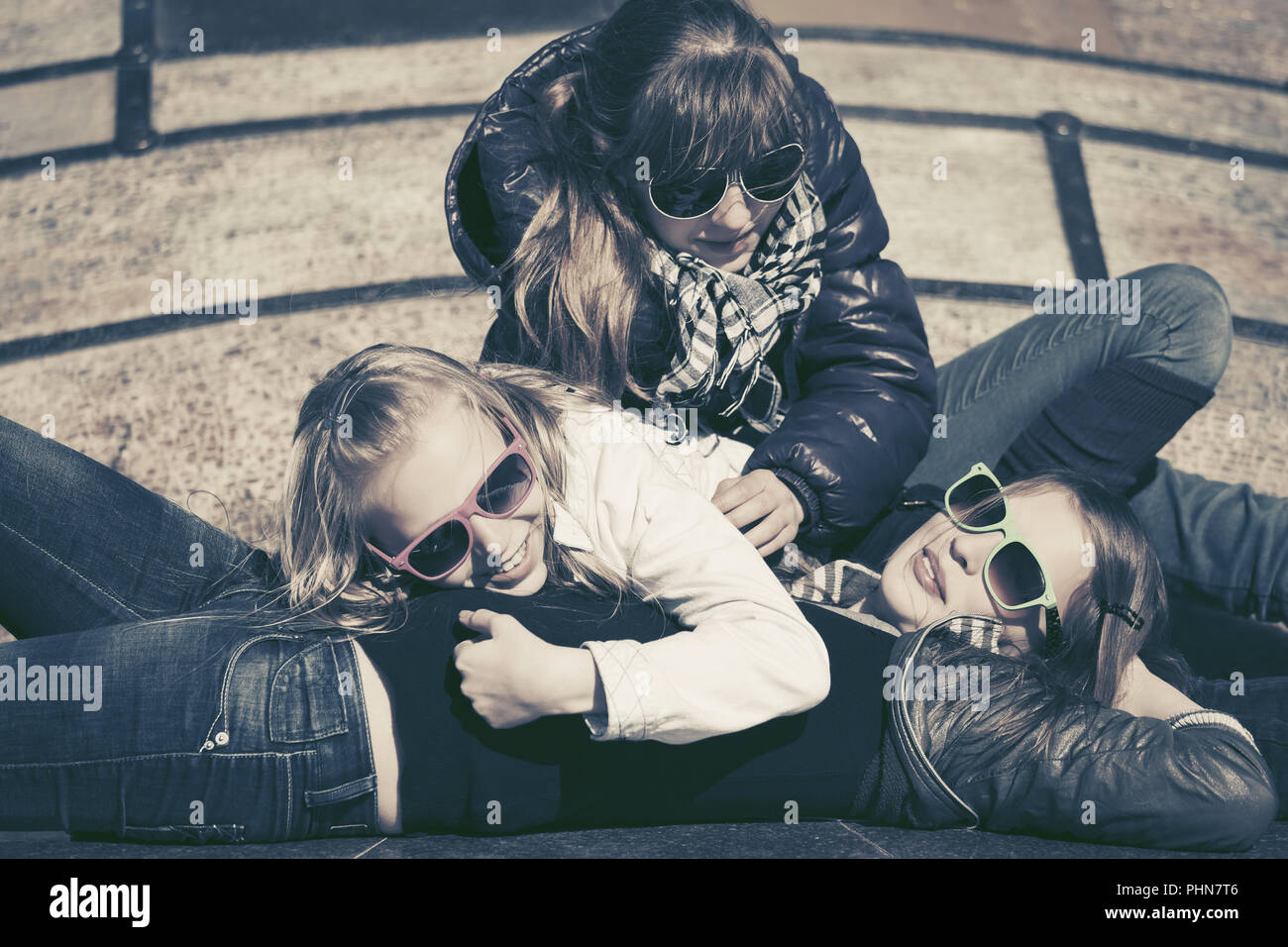 Gruppo di felice teen ragazze in una strada di città Immagini Stock