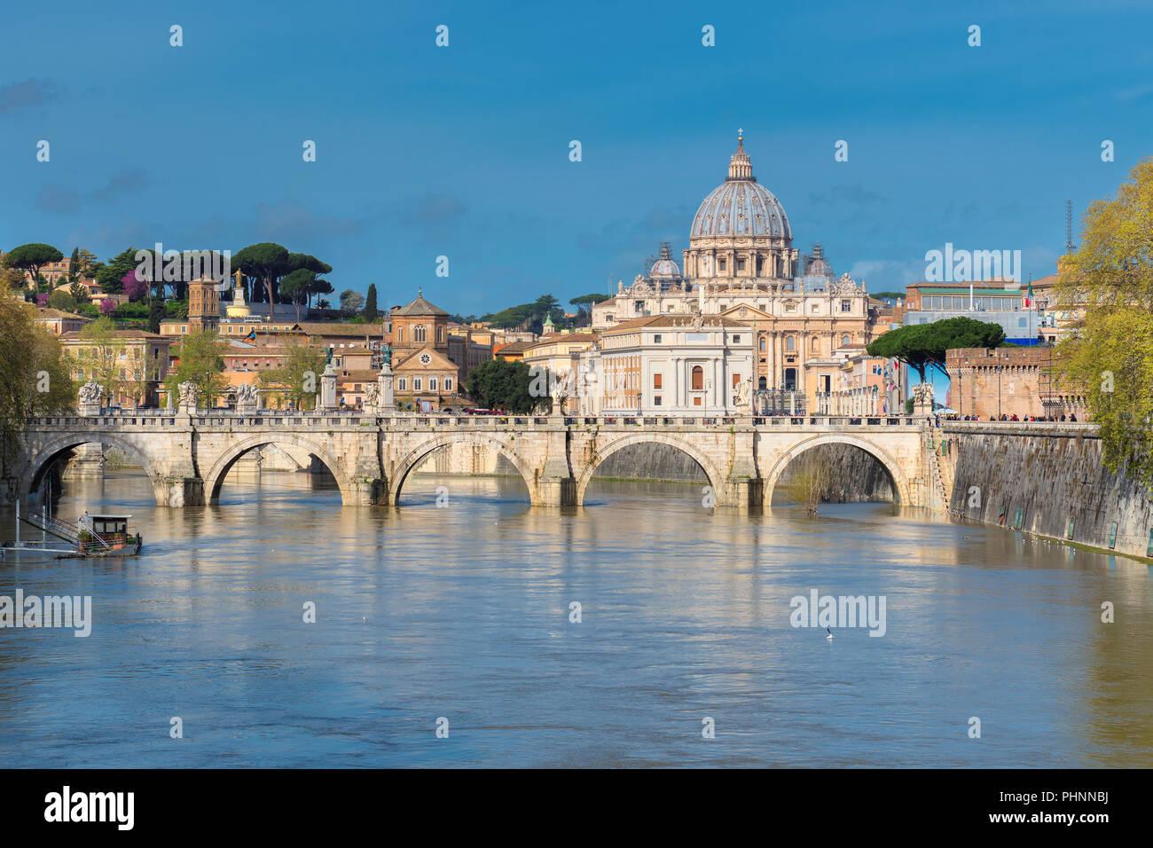 Bellissima vista della Basilica di San Pietro con ponte in Vaticano, Roma, Italia. Immagini Stock