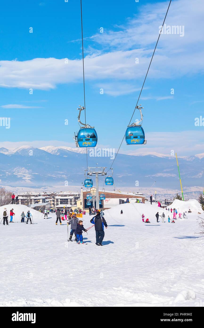 Bansko, Bulgaria - 13 Gennaio 2017: inverno località sciistica di Bansko, sulle piste da sci sci di persone e vista montagne Immagini Stock
