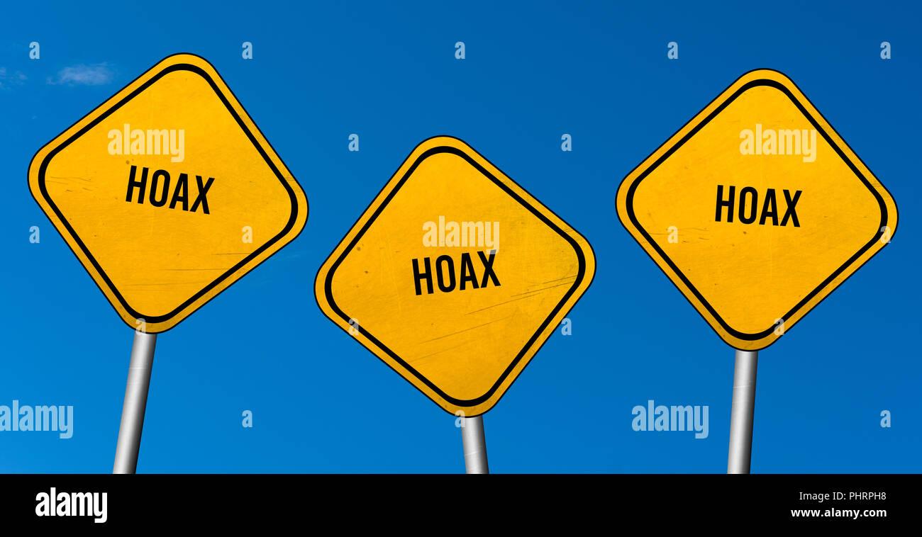 Hoax - cartelli gialli con il blu del cielo Immagini Stock