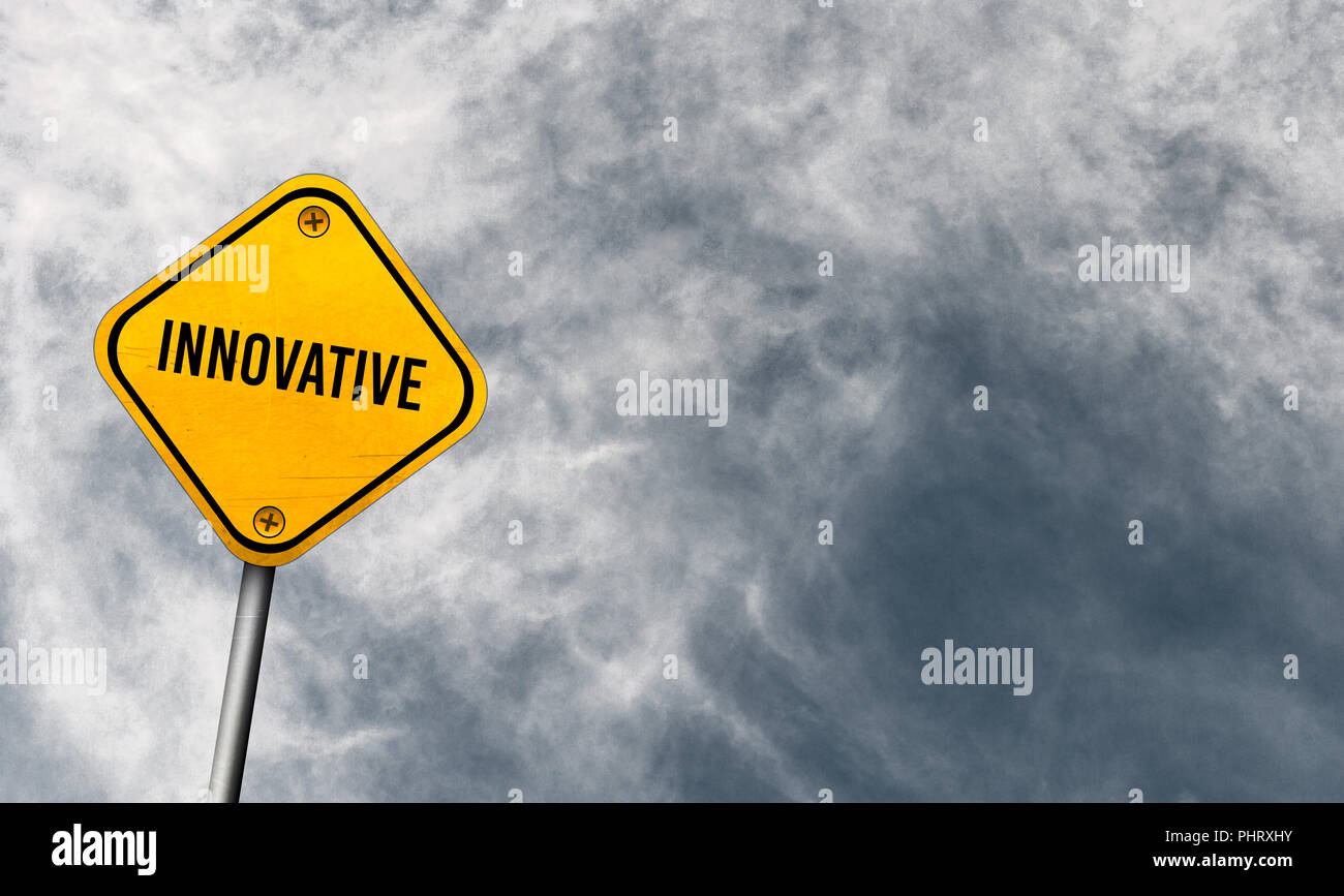 Innovativi - cartello giallo con cielo molto nuvoloso Immagini Stock