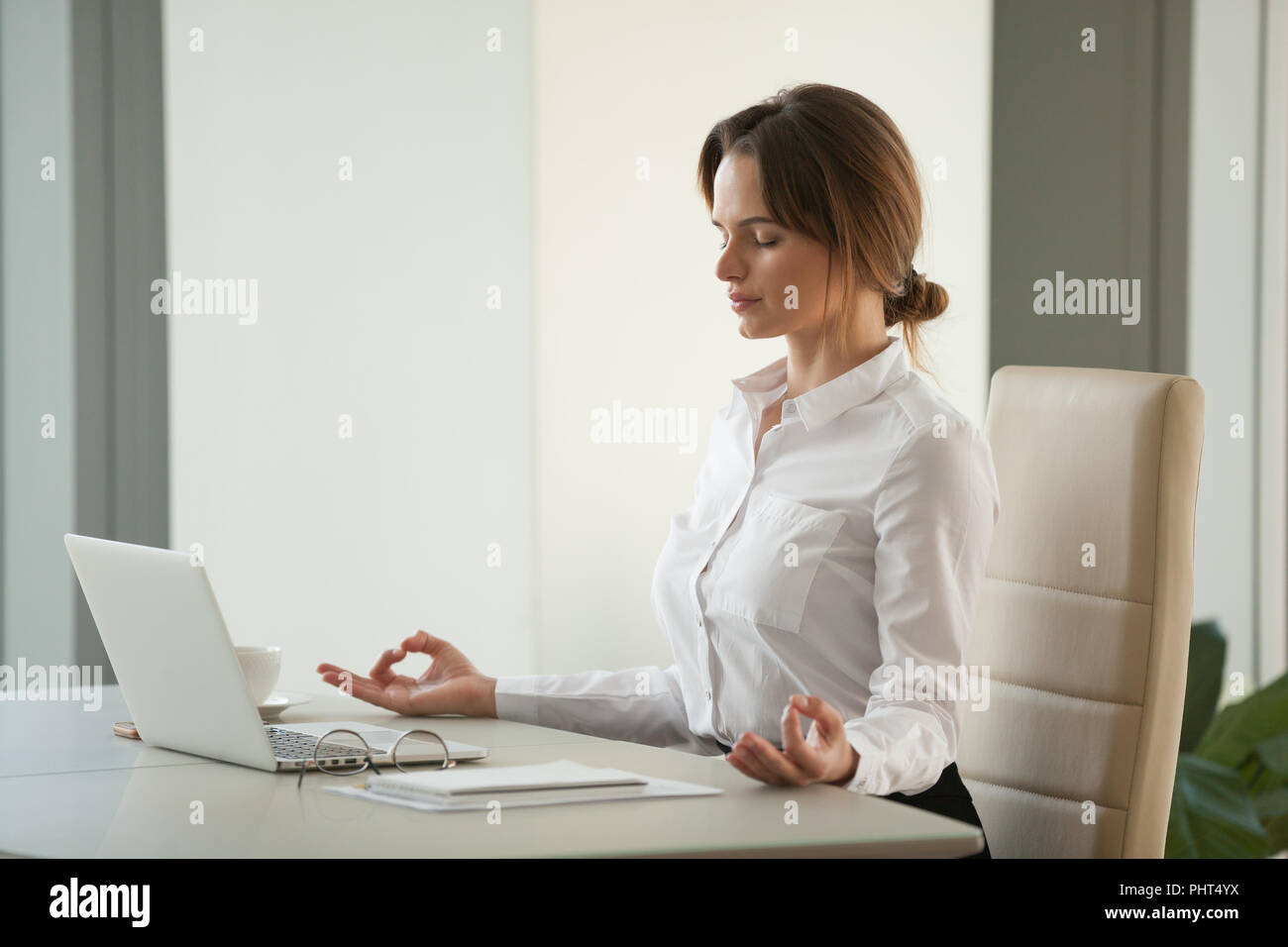 Calma memori imprenditrice meditando a scrivania da ufficio con occhi c Immagini Stock