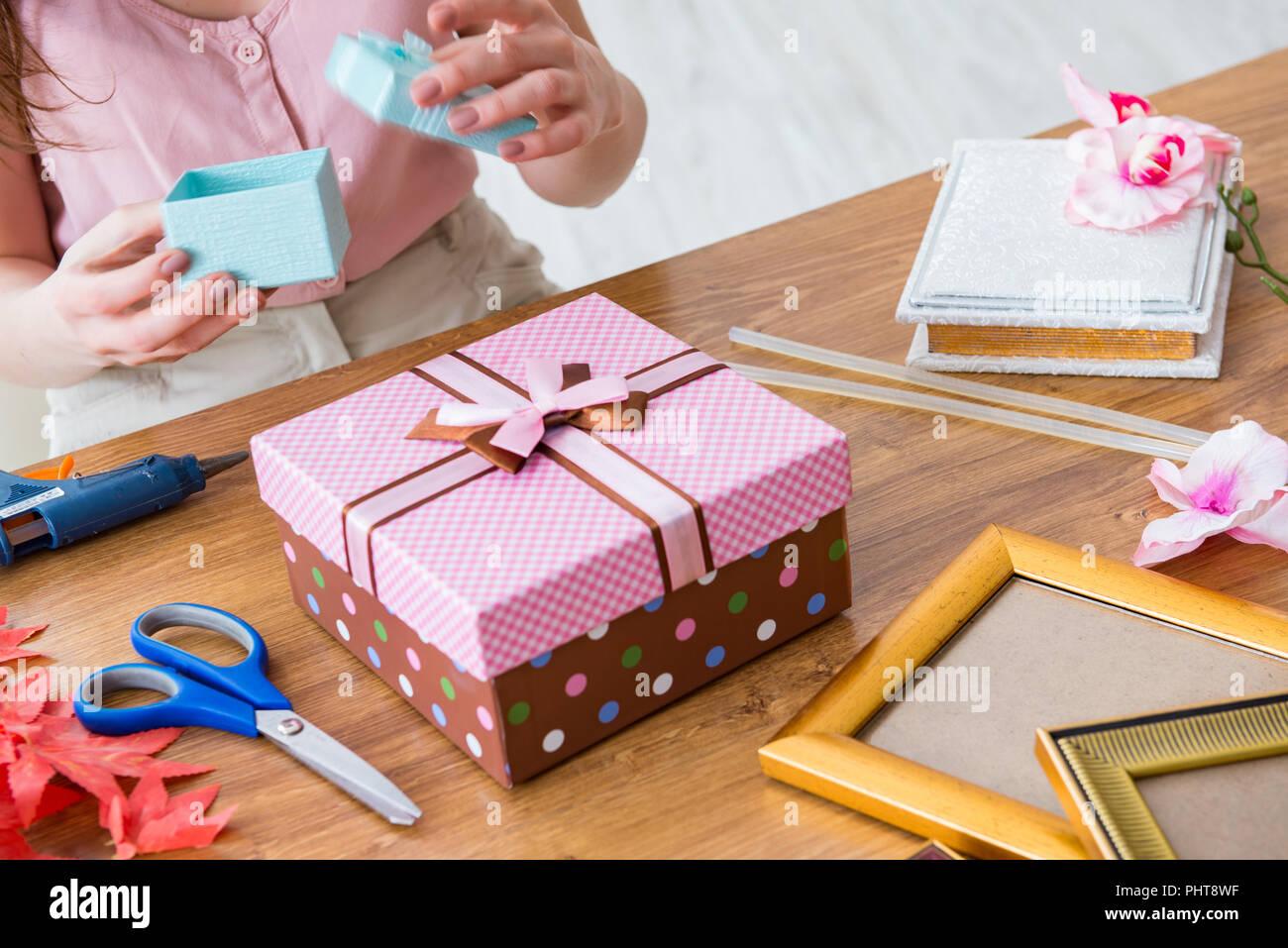 5a6dbcc7a974 Donna decorazione di scatola regalo per occasioni speciali Foto ...