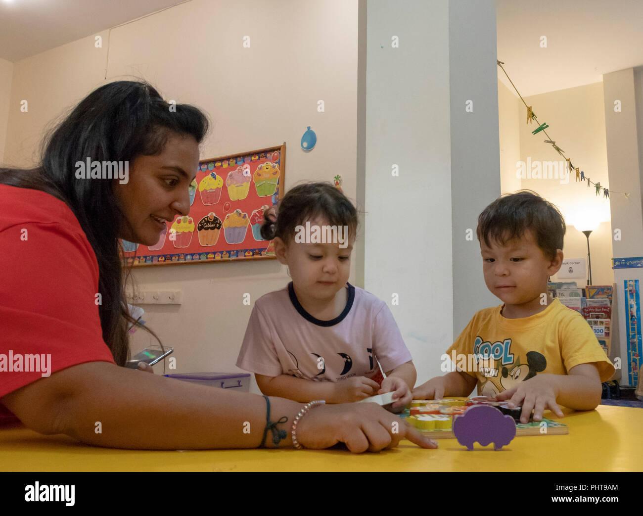 Insegnante con bambini in età prescolare, il Cairo, Egitto Immagini Stock
