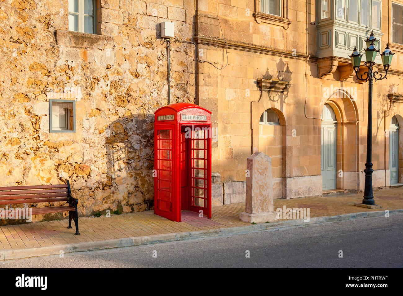 Cabina telefonica in strada di Gozo Malta Immagini Stock