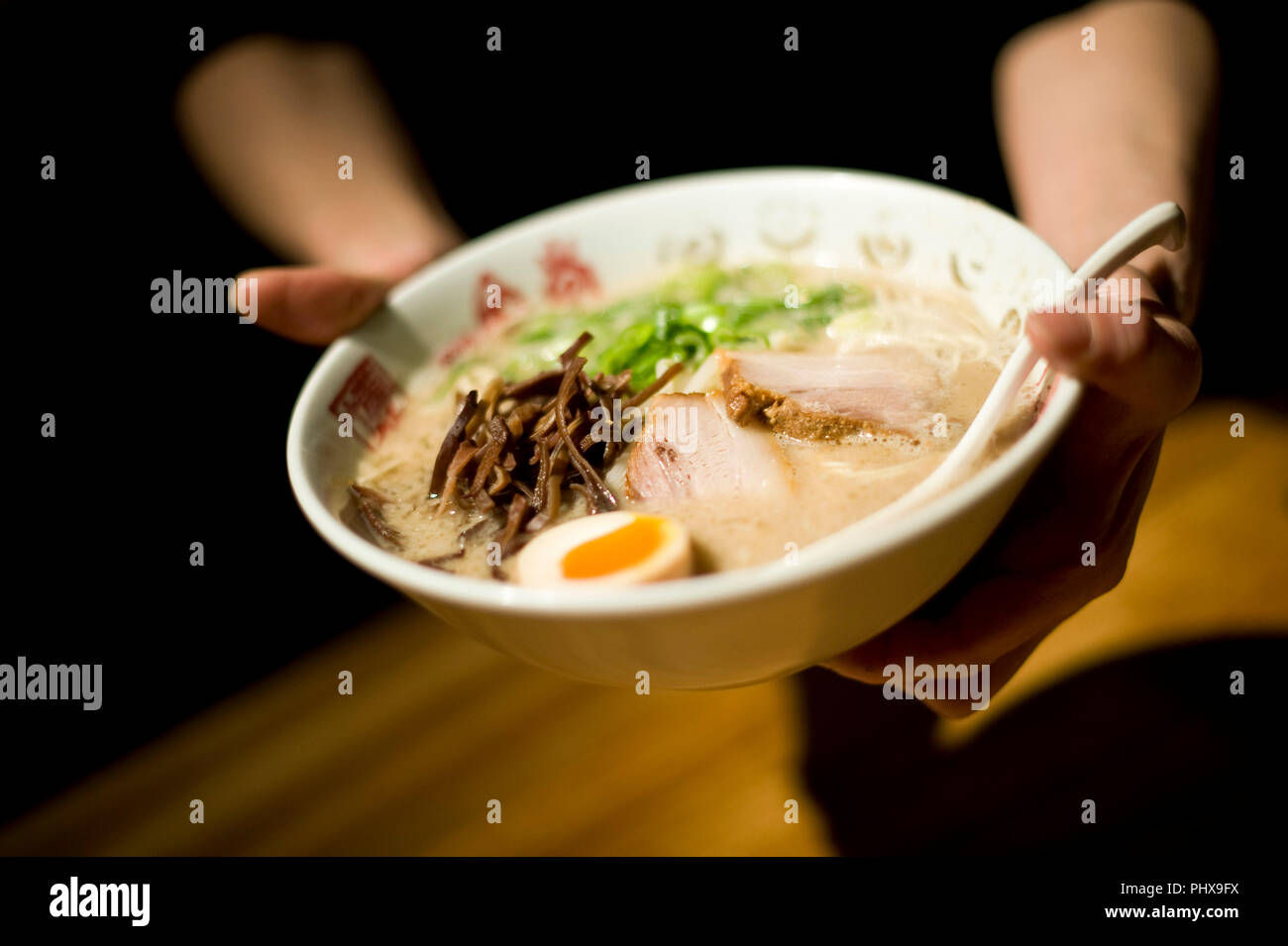 Un addetto allo stand serve noodles preparati a Hakata Ippudo Ramen del negozio principale in il Daimyo distretto della Città di Fukuoka, Prefettura di Fukuoka in Giappone il 08 marzo 201 Immagini Stock
