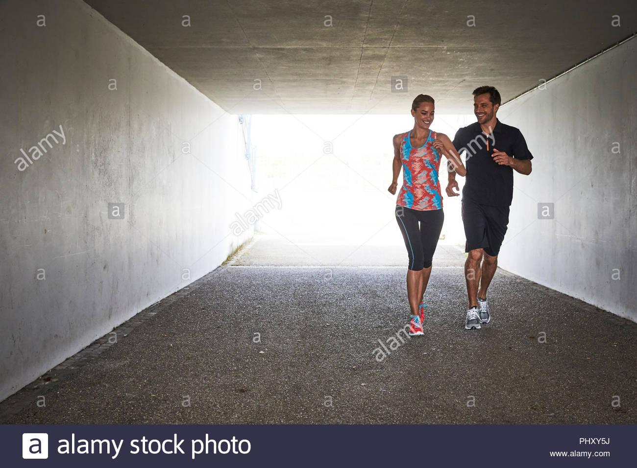 Coppia giovane jogging nel tunnel Immagini Stock