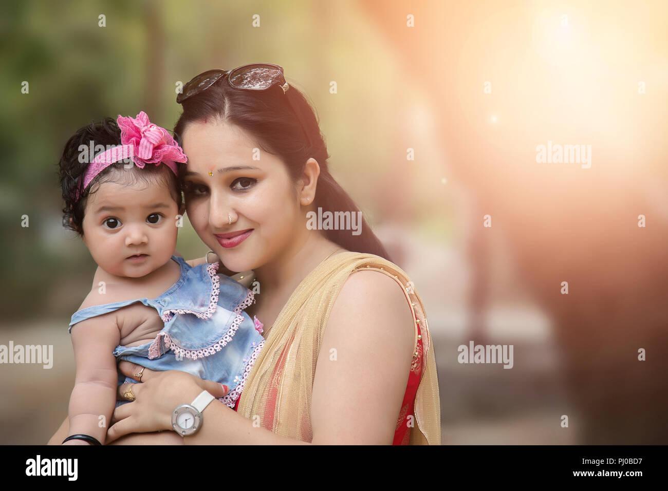 Close-up di una madre amorevole sua bambina Immagini Stock