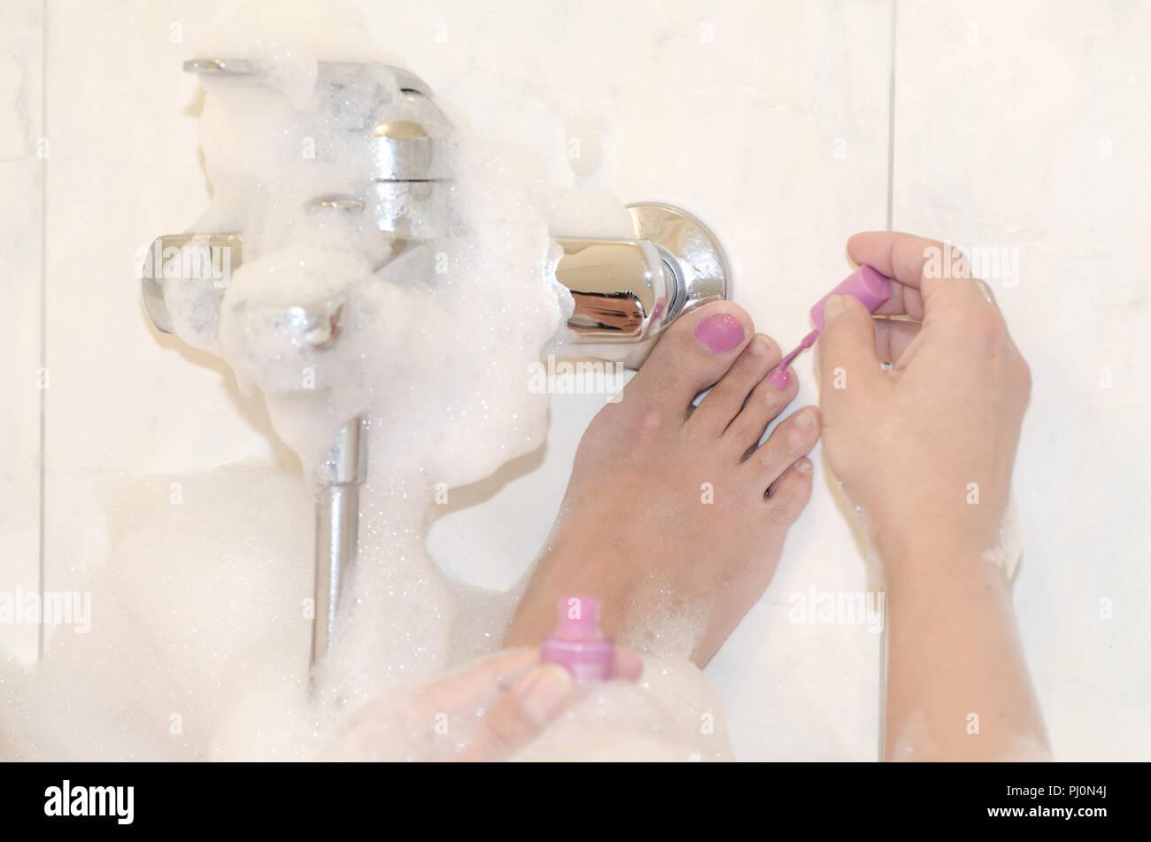 Vasca Da Bagno Rosa : La donna nella vasca da bagno e la sua pittura unghie dei piedi in