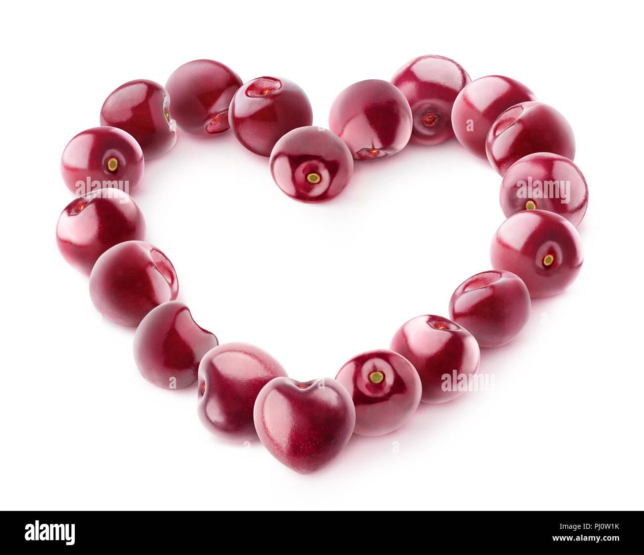 Le ciliegie isolata nel cuore. Ciliegio dolce frutta nel cuore composizione sagomata isolata su sfondo bianco con tracciato di ritaglio Immagini Stock