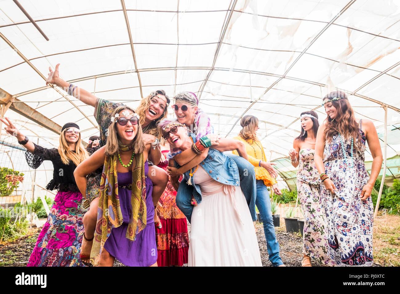 f85f42085bef Femmina di persone che ballano insieme in un festival con i tradizionali  abiti colorati e vestiti