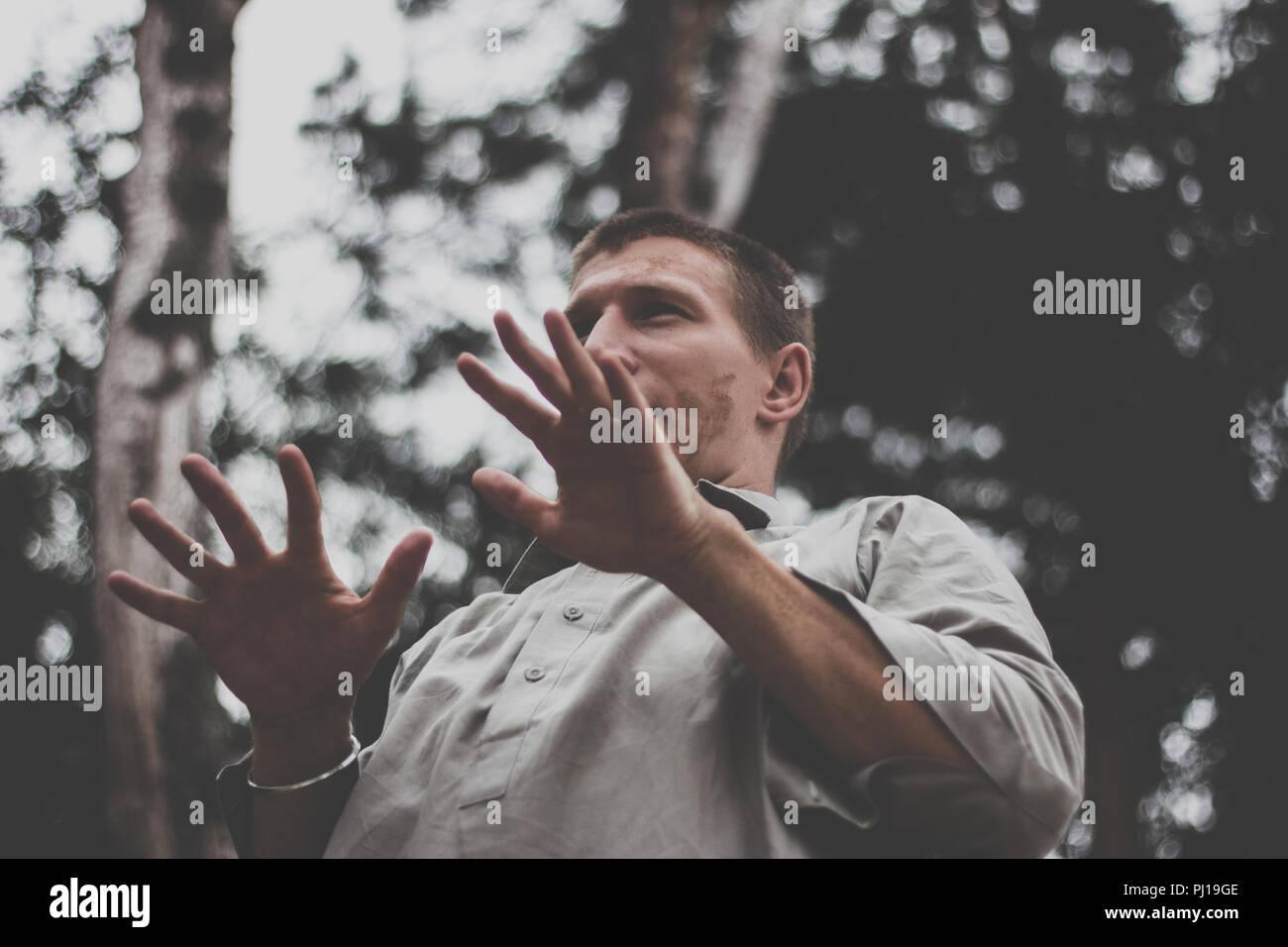Uomo che si muove nella foresta di natura Immagini Stock