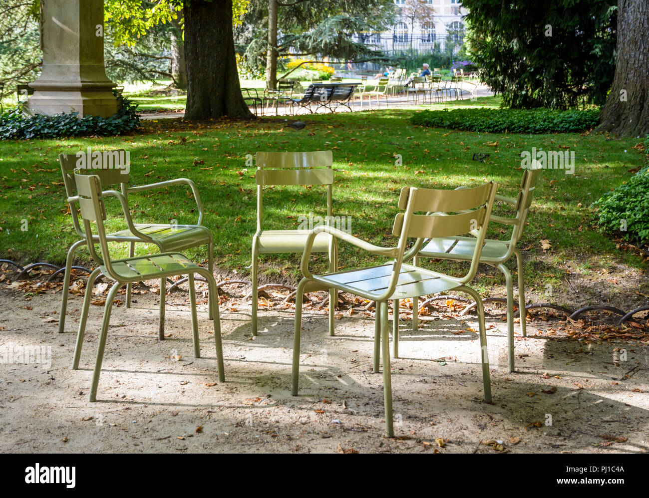 Sedie Francesi Da Giardino : Tipico verde prato di metallo sedie riuniti in cerchio in un