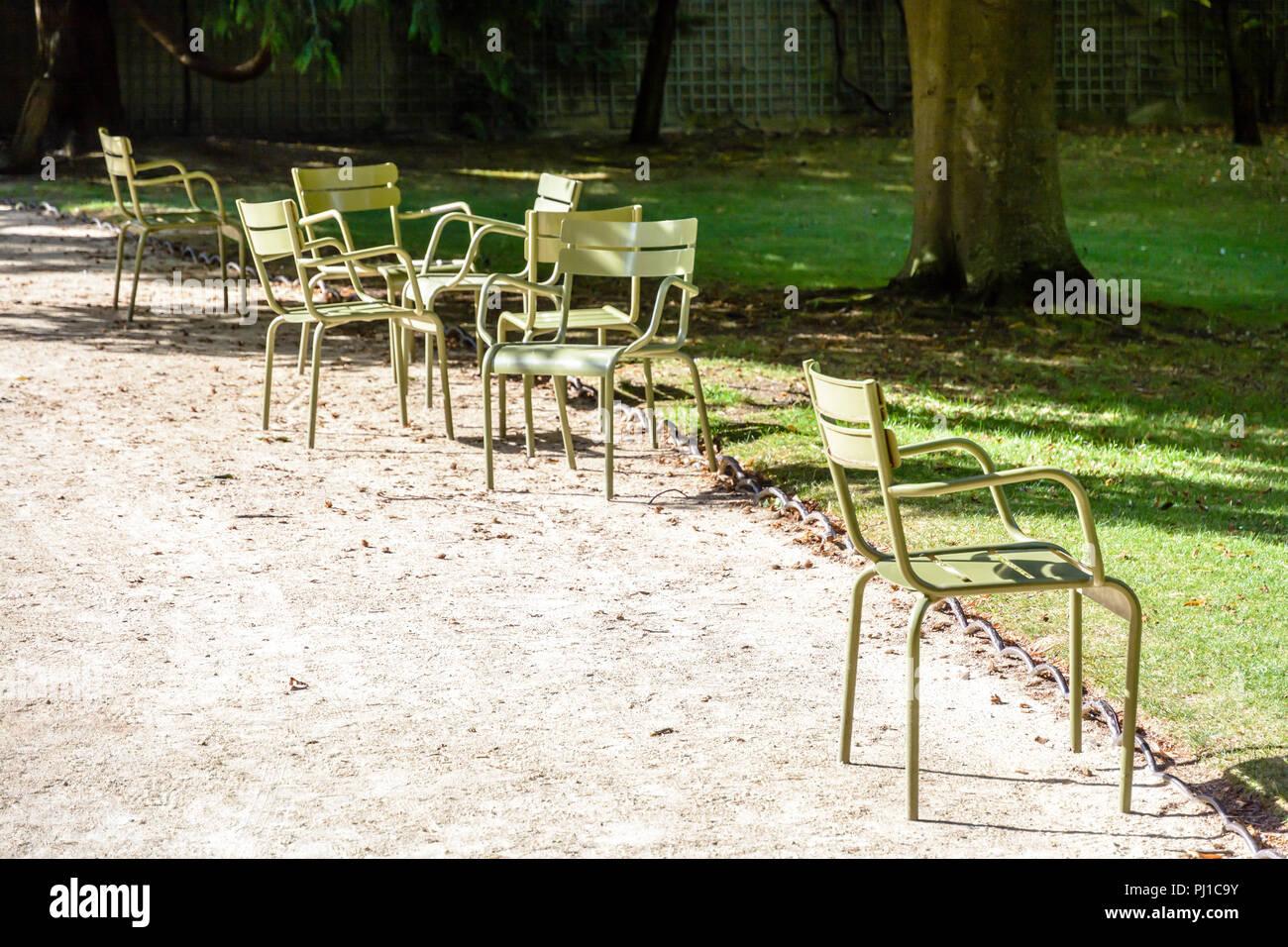 Sedie Francesi Da Giardino : Tipico verde prato di metallo sedie sparse accanto a un vicolo del