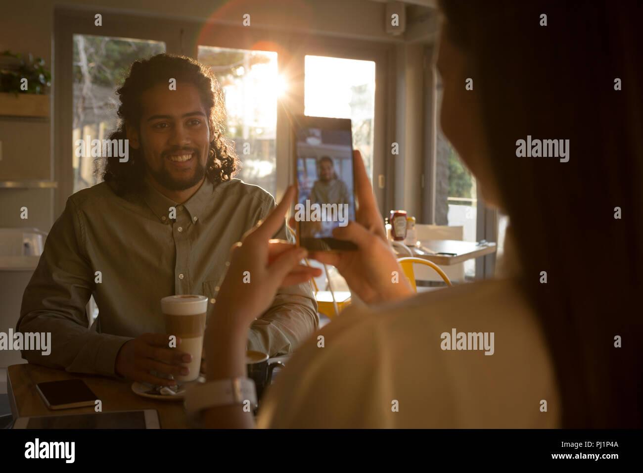 Donna prendendo foto del suo partner Immagini Stock