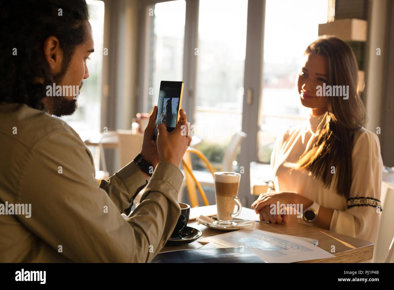 L'uomo prendendo foto del suo partner Immagini Stock