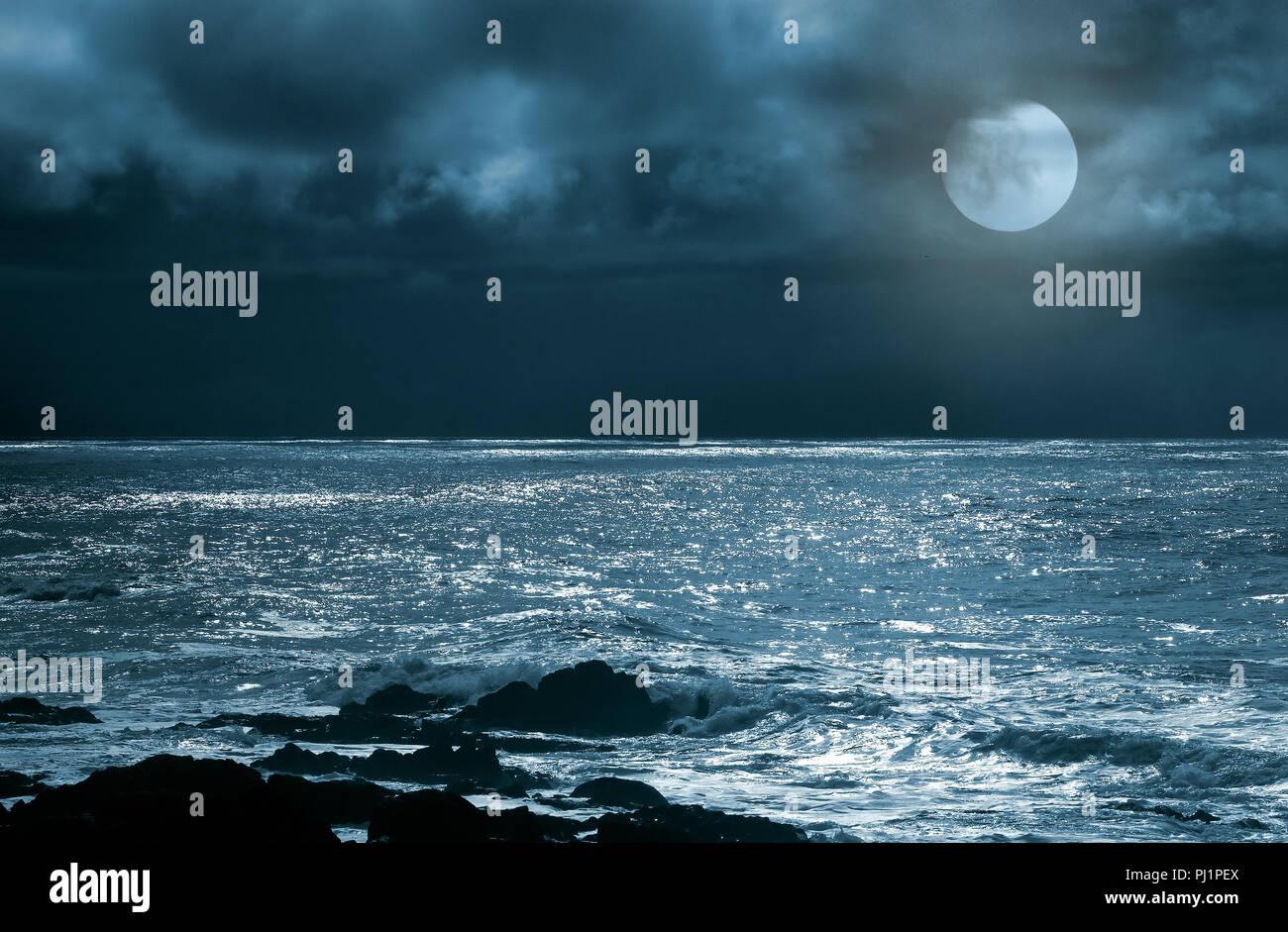 Luna Piena Sorgere Sul Mare E Rocce In Una Notte Poco Nuvoloso Foto