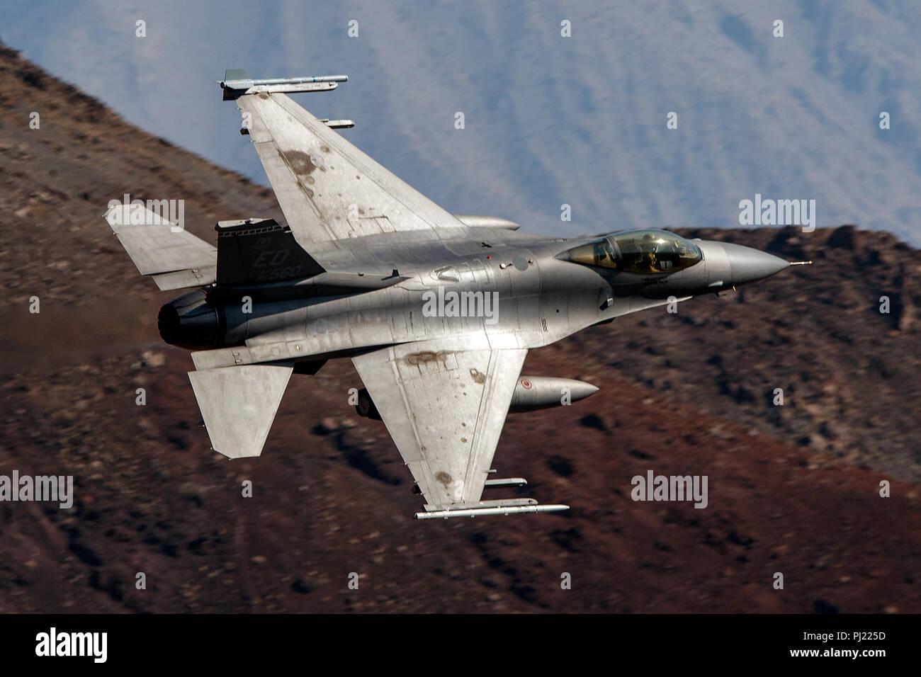 United States Air Force General Dynamics F-16C Fighting Falcon blocco 30B (85-1560) vola basso livello sulla transizione Jedi attraverso Star Wars Canyon / Rainbow Canyon, il Parco Nazionale della Valle della Morte, Panamint Springs, California, Stati Uniti d'America Immagini Stock