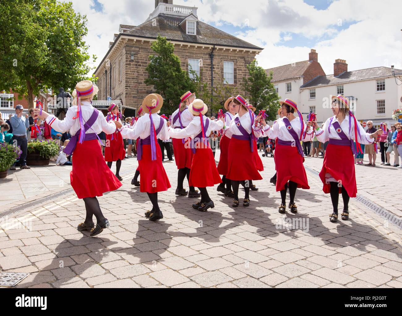 Il Warwick Folk Festival. Il Rivington Morris donna a nord-ovest di Team Dancing in the Warwick Folk Festival. Foto Stock