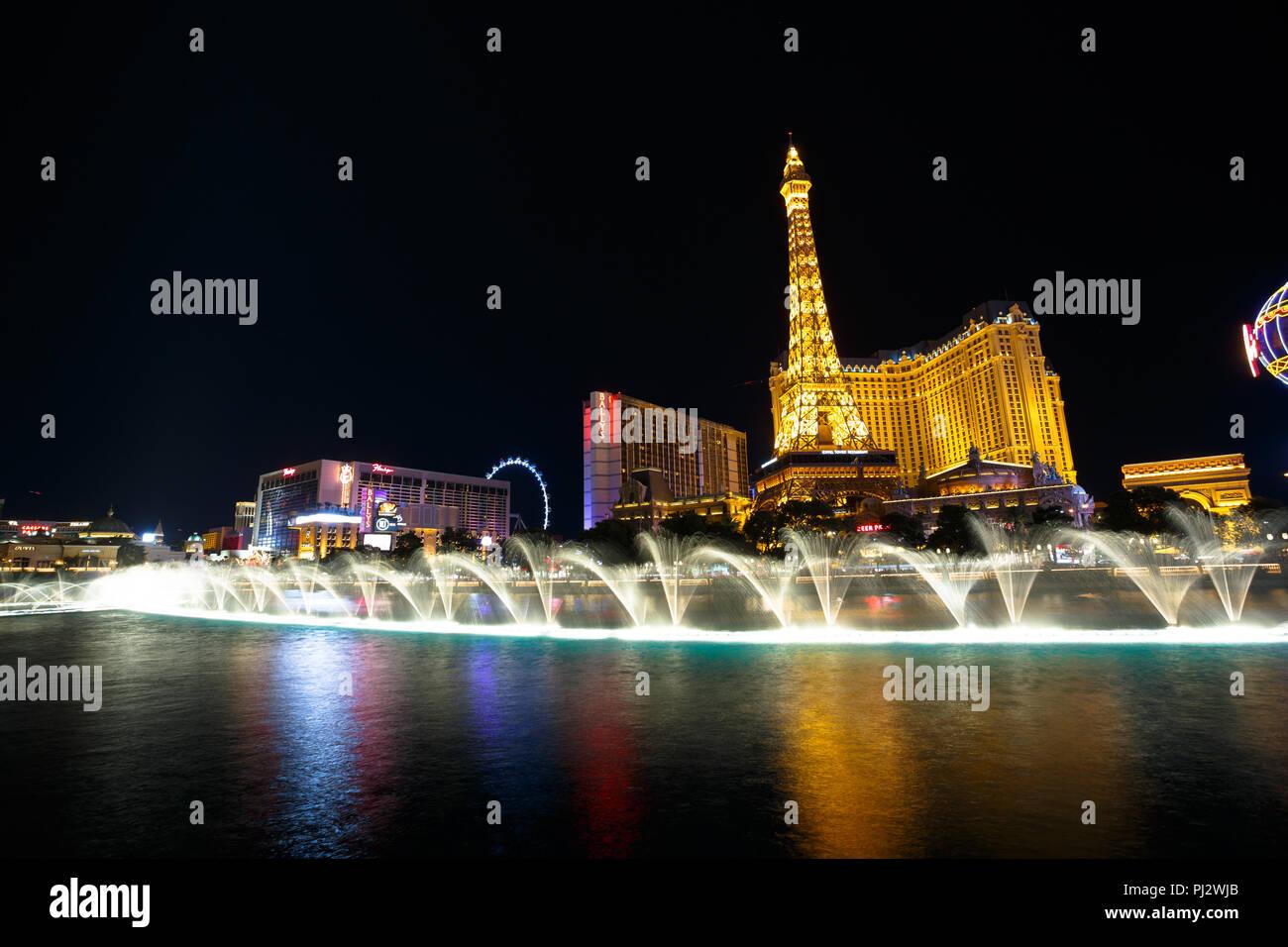 Bellagio Fountain show di notte sulla Strip di Las Vegas - Las Vegas, Nevada Foto Stock