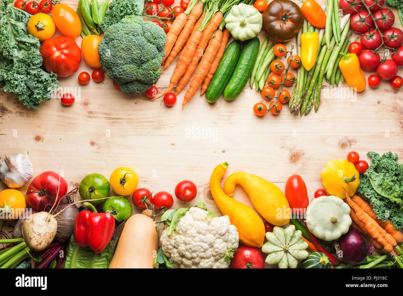 Prodotti freschi di fattoria, verdure organiche su legno tabella di pino, sfondo sani, copiare lo spazio per testo, vista dall'alto, il fuoco selettivo Immagini Stock