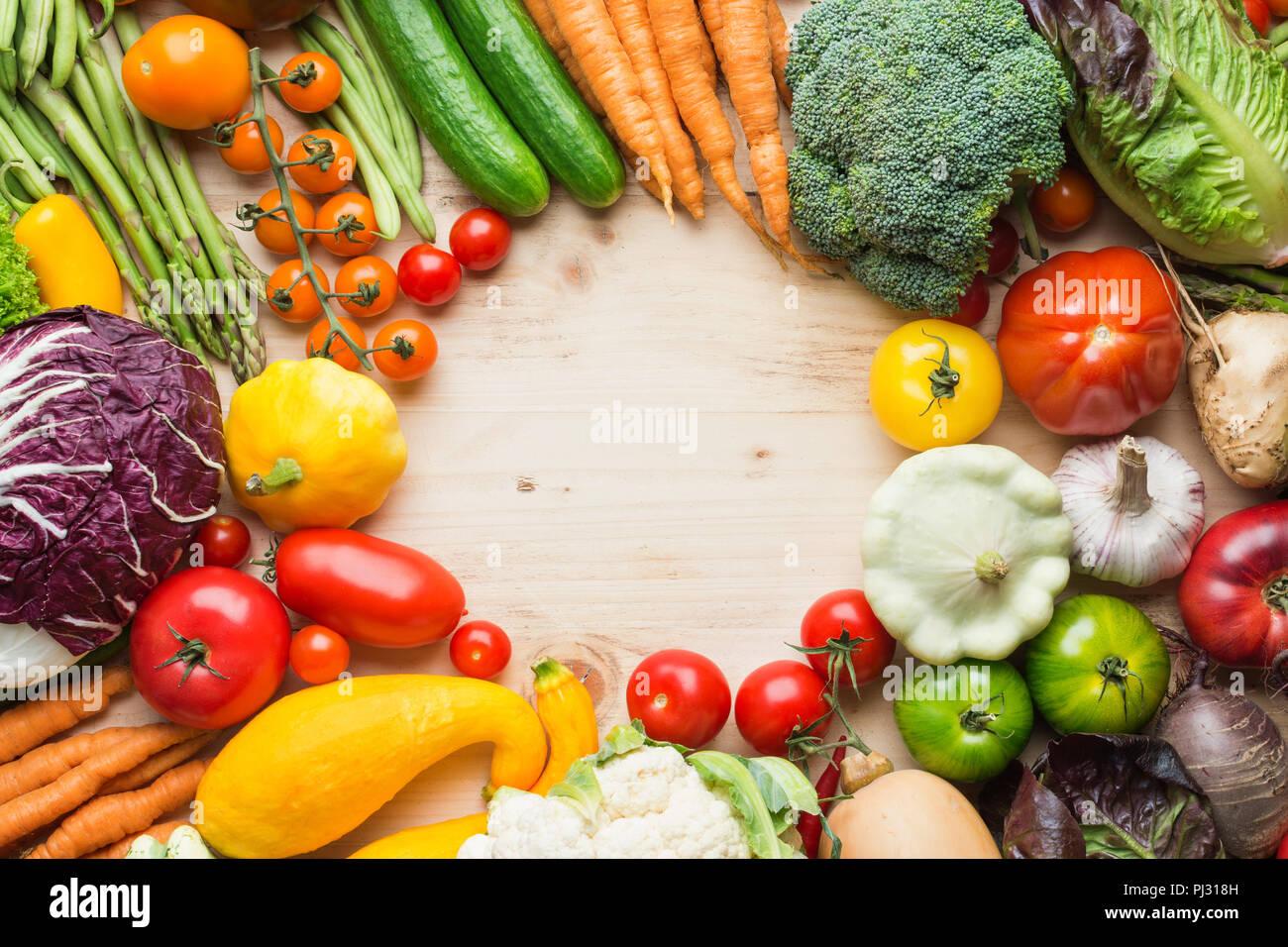 Prodotti della fattoria, fresche verdure organiche su legno tabella di pino, sfondo sani, copiare lo spazio per testo, vista dall'alto, il fuoco selettivo Immagini Stock