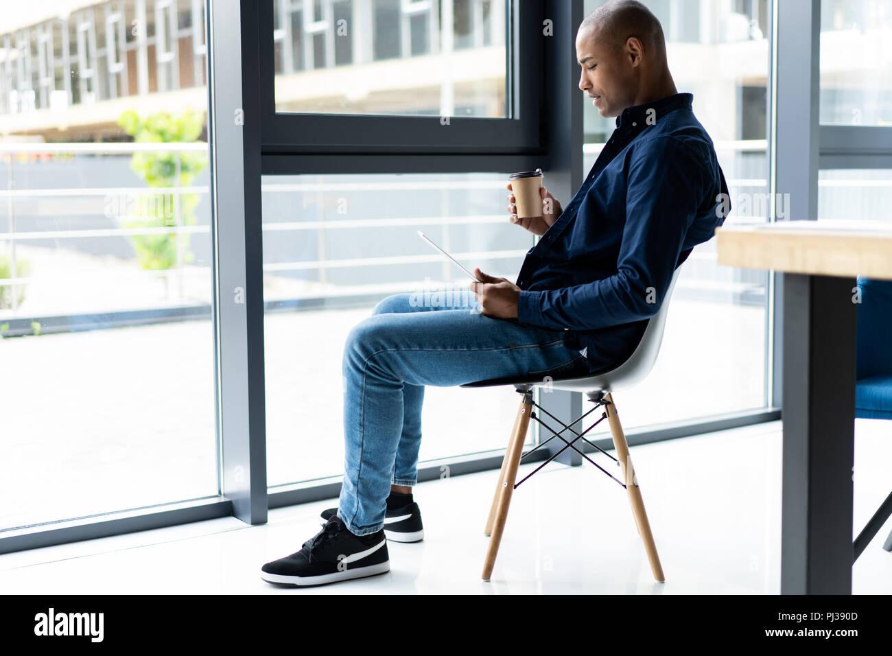 Felice african imprenditore americano utilizzando computer tablet. Immagini Stock
