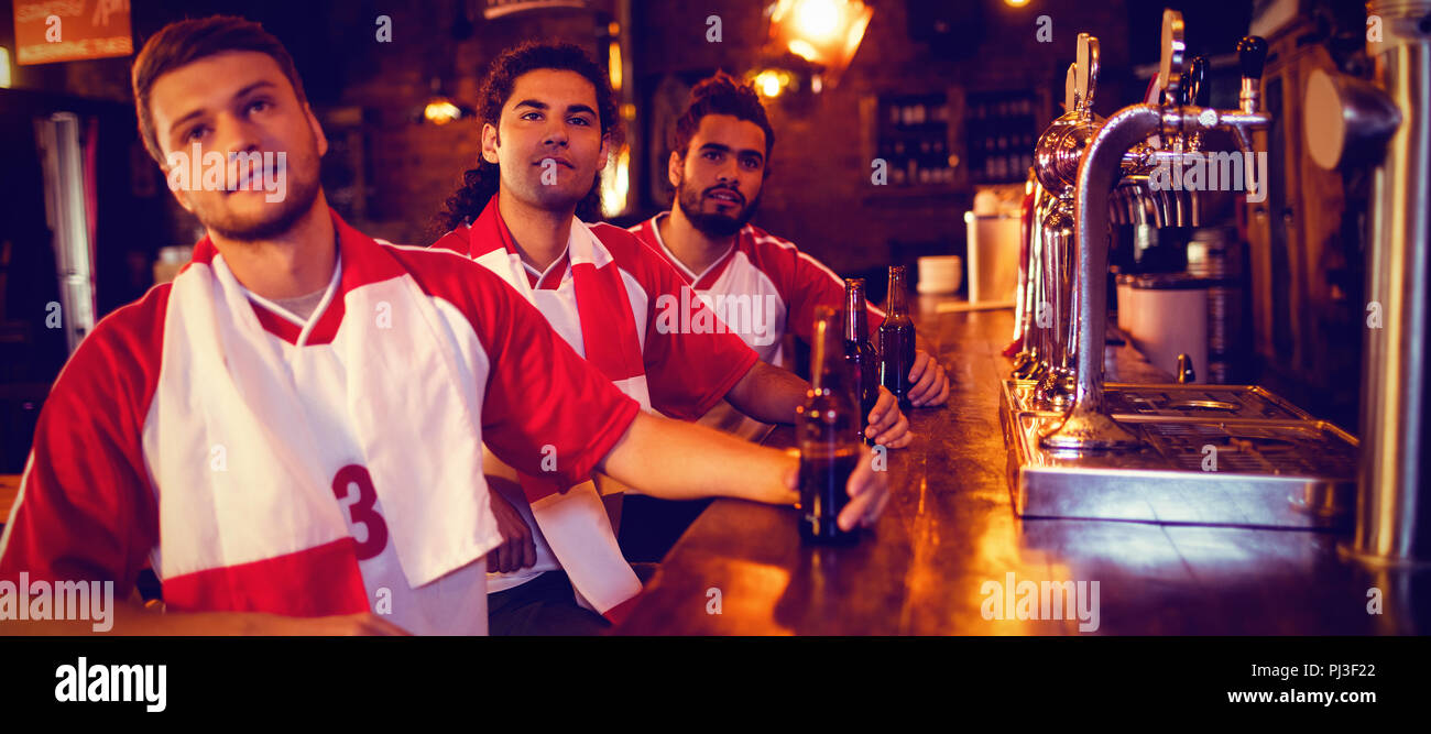 Gruppo di amici maschi guardando la partita di calcio Foto Stock