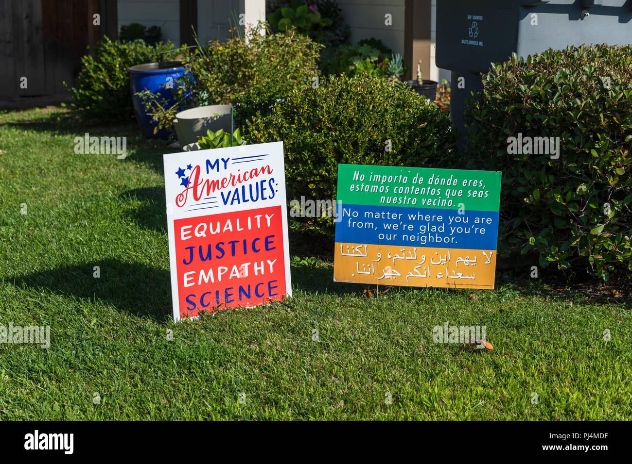 I miei valori americani: uguaglianza, giustizia, empatia, scienza; segni al di fuori di casa a Sunnyvale, California Immagini Stock