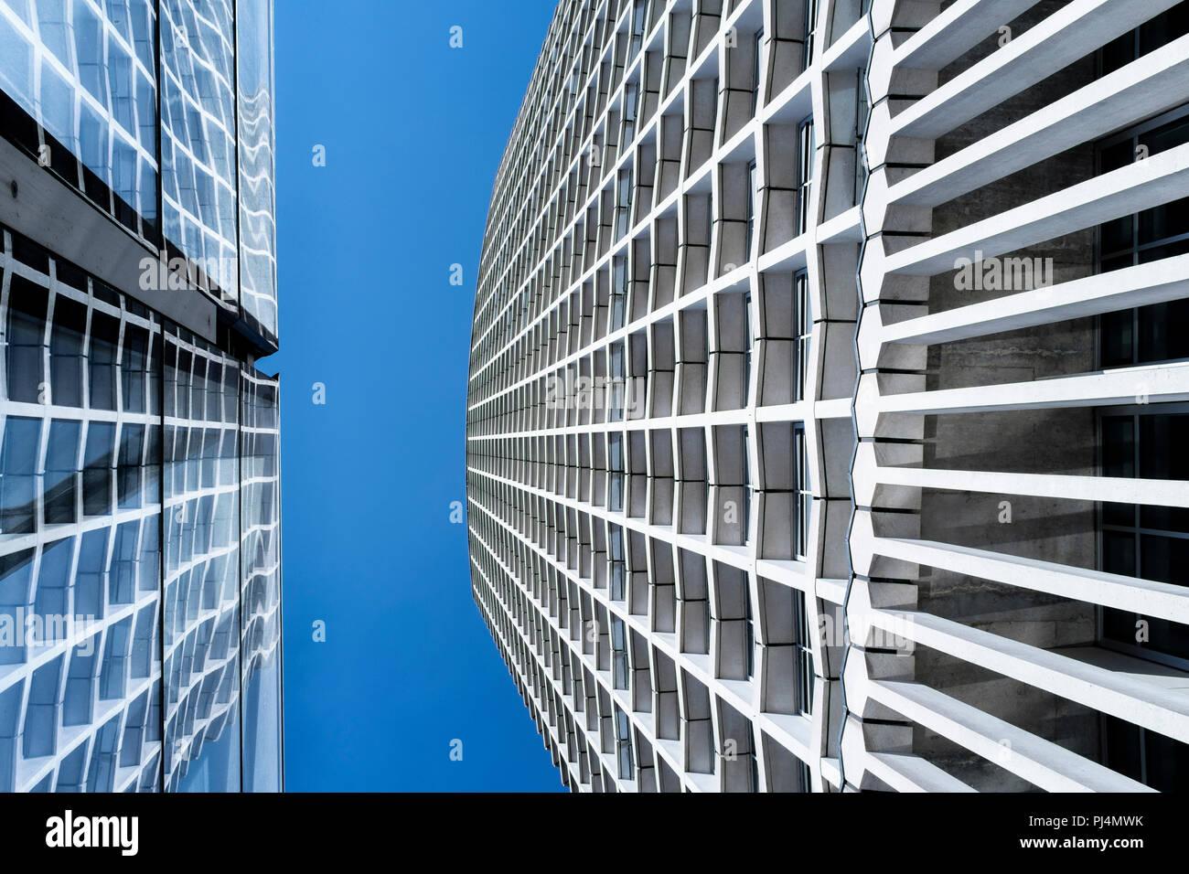 Abstract architettura: Punto centrale edificio con riflessione nella facciata di vetro di Tottenham Court Road stazione della metropolitana di Londra, Regno Unito Foto Stock